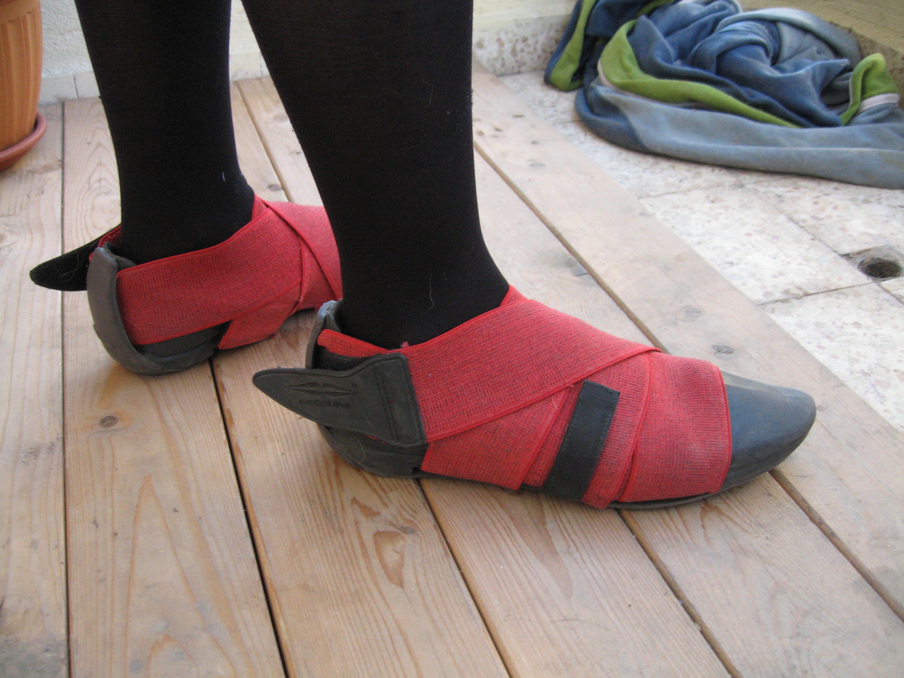 Unusual vegan elastic shoes